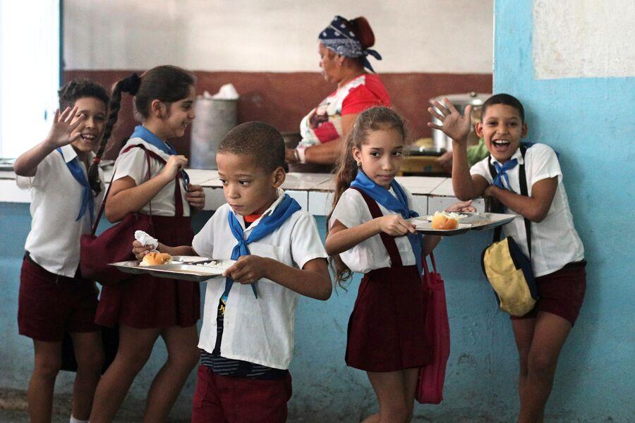 Дети в школьной столовой в районе Старая Гавана