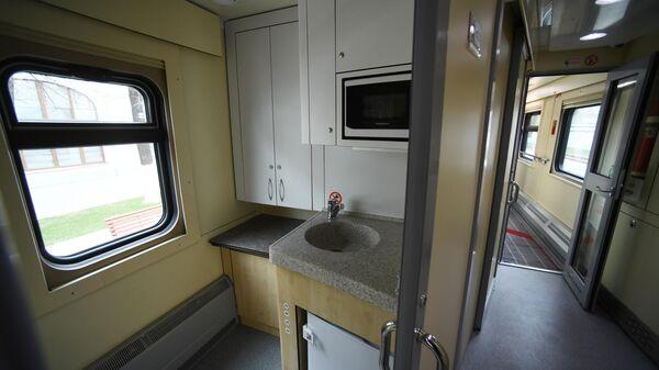 Сервисная зона в новом одноэтажном купейном вагоне дальнего следования на Рижском вокзале в Москве