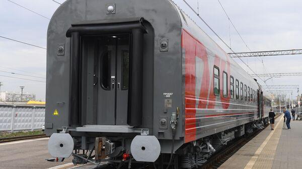 Новый одноэтажный купейный вагон дальнего следования на Рижском вокзале в Москве