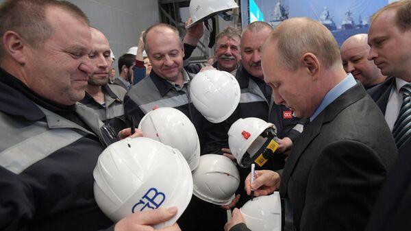 Президент РФ Владимир Путин общается с рабочими во время посещения предприятия ПАО Судостроительный завод Северная верфь