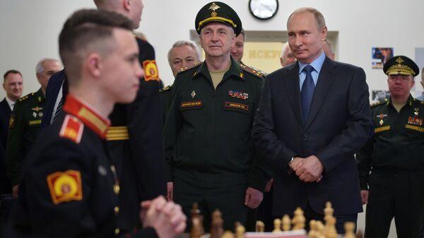 Президент РФ Владимир Путин во время посещения Санкт-Петербургского суворовского военного училища Министерства обороны РФ. 23 апреля 2019
