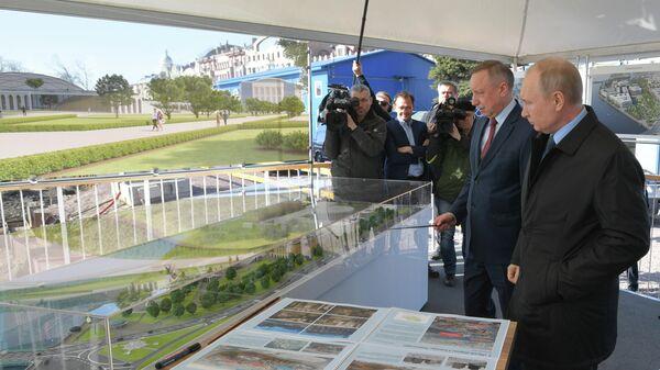 Президент РФ Владимир Путин во время осмотра стройплощадки в Санкт-Петербурге. 23 апреля 2019