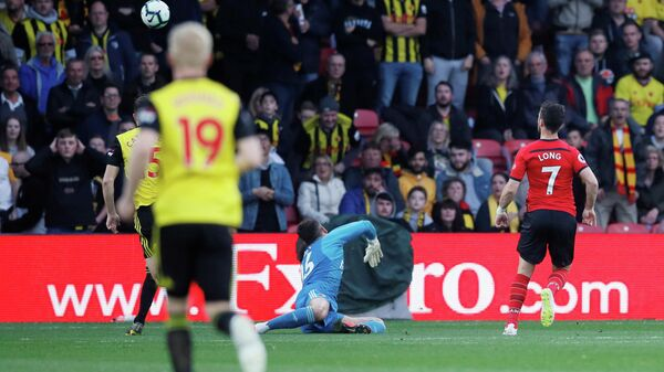 Форвард Саутгемптона Шейн Лонг забивает мяч в ворота Уотфорда
