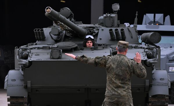 Боевая машина пехоты БМП-3, которую доставили в Москву с полигона Алабино для участия в параде Победы на Красной площади 9 мая