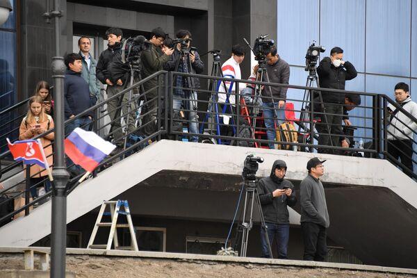 Журналисты на железнодорожном вокзале Владивостока, куда прибудет поезд председателя КНДР Ким Чен Ына