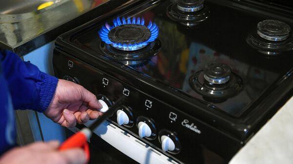 Специалист проводит техническое обслуживание внутриквартирного газового оборудования