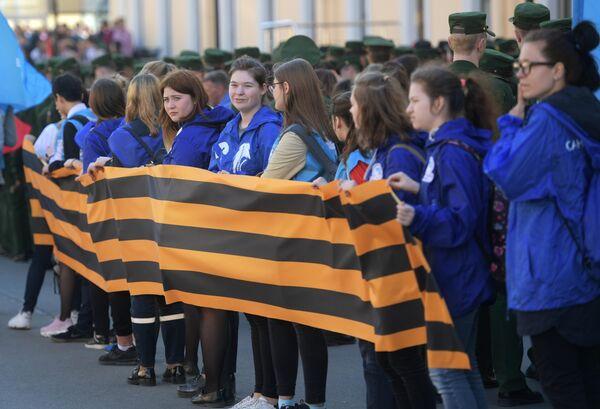 Волонтеры во время ежегодной акции Георгиевская ленточка в Санкт-Петербурге