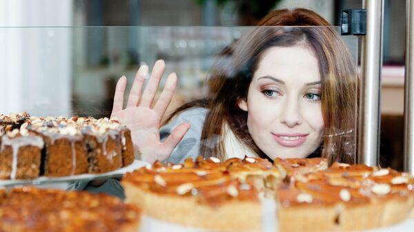 Девушка у витрины пекарни