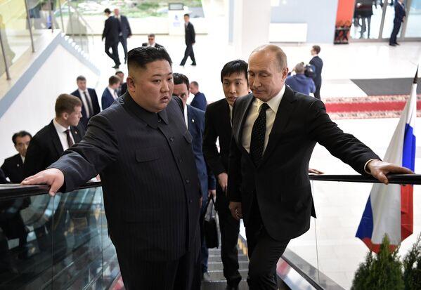 Владимир Путин и председатель Госсовета Корейской Народно-Демократической Республики Ким Чен Ын во время встречи в кампусе ДВФУ во Владивостоке. 25 апреля 2019