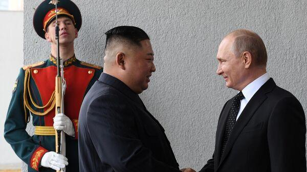 Владимир Путин и председатель Госсовета Корейской Народно-Демократической Республики Ким Чен Ын во время официальной церемонии встречи на площадке перед главным входом одного из корпусов ДВФУ на острове Русский. 25 апреля 2019