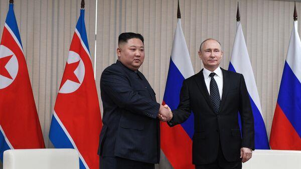 Президент РФ Владимир Путин и председатель Госсовета КНДР во время встречи в кампусе ДВФУ во Владивостоке