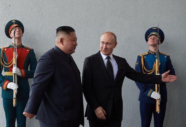 Президент РФ Владимир Путин и председатель Госсовета Корейской Народно-Демократической Республики Ким Чен Ын (второй слева) во время официальной церемонии встречи