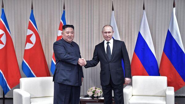 Владимир Путин и председатель Госсовета Корейской Народно-Демократической Республики Ким Чен Ын (слева) во время встречи