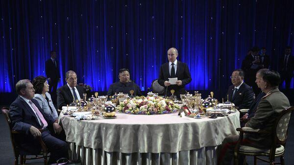 Владимир Путин выступает на официальном приеме от имени президента РФ в честь председателя Госсовета Корейской Народно-Демократической Республики Ким Чен Ына после переговоров в кампусе ДВФУ во Владивостоке. 25 апреля 2019