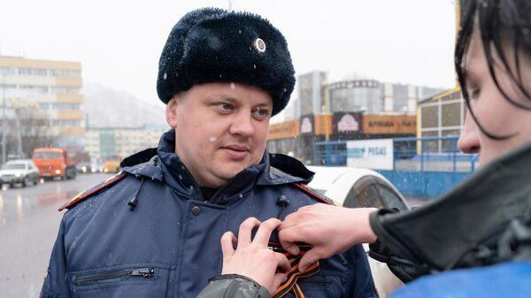Волонтер раздает георгиевские ленточки в Петропавловске-Камчатском в рамках ежегодной акции Георгиевская ленточка, посвященной 74-й годовщине Победы в Великой Отечественной войне