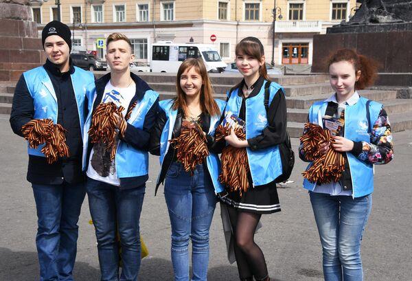 Волонтеры раздают георгиевские ленточки во Владивостоке в рамках ежегодной акции Георгиевская ленточка, посвященной 74-й годовщине Победы в Великой Отечественной войне