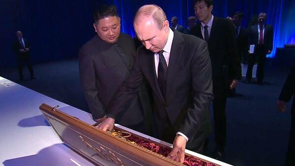 Обмен оружием: главы России и КНДР вручили друг другу памятные подарки