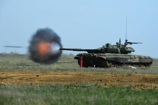 Танк Т-90 во время учений на полигоне Прудбой в Волгоградской области