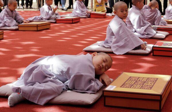 Мальчики, обритые наголо, по случаю предстоящего Дня рождения Будды в храме Джогье в Сеуле, Южная Корея