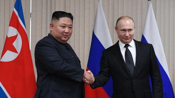Президент РФ Владимир Путин и председатель Госсовета КНДР Ким Чен Ын во время встречи