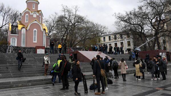 Журналисты возле мемориала Подводная лодка С-56 во Владивостоке, где должна пройти церемония возложения венков с участием лидера КНДР Ким Чен Ына. 26 апреля 2019
