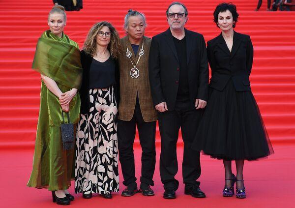 Члены жюри ММКФ южнокорейский режиссер Ким Ки Дук (в центре) и директор Театра на Таганке, актриса Ирина Апексимова (справа)