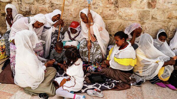 Коптские паломники у Храма Гроба Господня в Иерусалиме