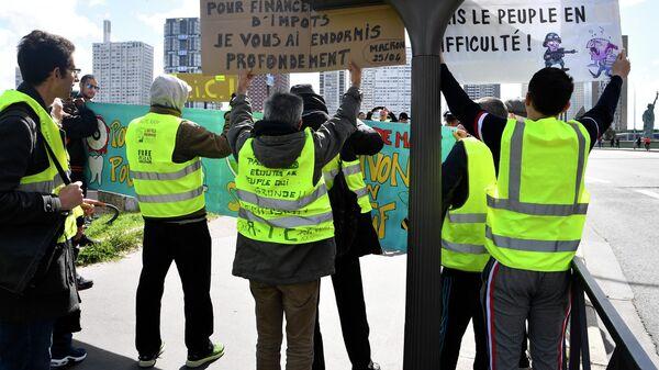 Участники акции протеста желтых жилетов в Париже