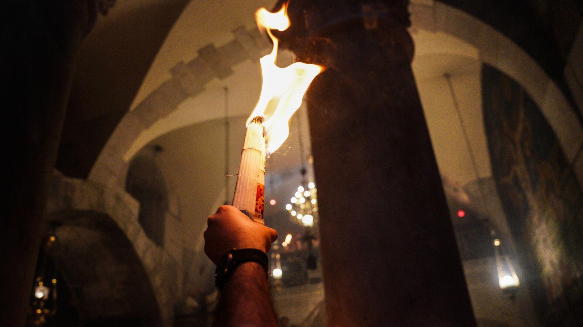 Верующие у храма Гроба Господня, где празднуется схождение Благодатного огня. 27 апреля 2019 - РИА Новости, 1920, 01.05.2021