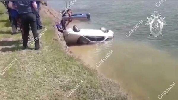 Сотрудники экстренных служб на месте падения автомобиля в реку Дон в Ростовской области. 28 апреля 2019