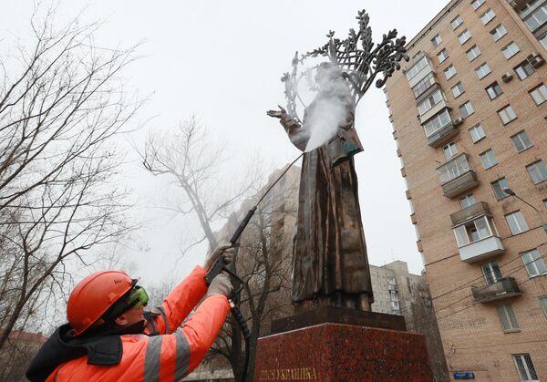 Мойка памятника Лесе Украинке после зимы