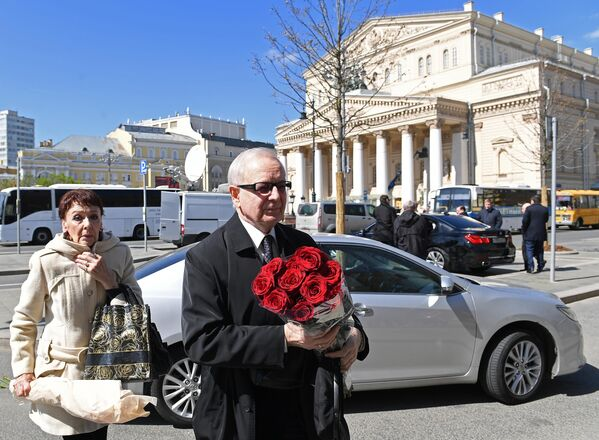 Актёр Валерий Бабятинский у здания Малого театра, где проходит церемония прощания с актрисой Элиной Быстрицкой