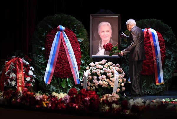 Актер Николай Дупак на церемонии прощания с актрисой Элиной Быстрицкой в Малом театре в Москве