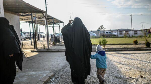 Француженка с ребенком в лагере Аль-Холь