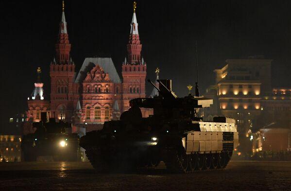 Боевые машины поддержки танков (БМПТ) Терминатор на репетиции военного парада на Красной площади