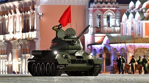 Танк Т-34-85 на репетиции военного парада на Красной площади