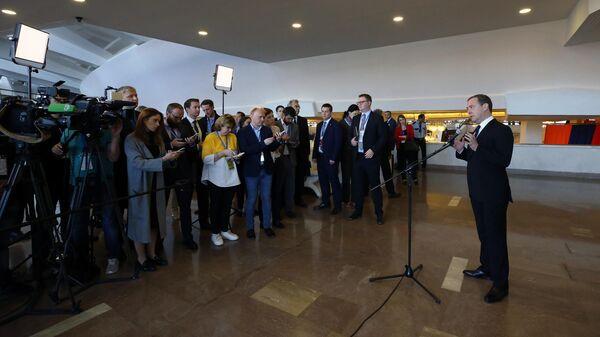 Председатель правительства РФ Дмитрий Медведев во время подхода к прессе по итогам заседания Евразийского межправительственного совета в расширенном составе. 30 апреля 2019