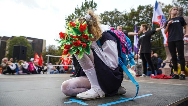 Дети выступают на вселатвийской акции Марш за русские школы НАШ ВЫБОР в Риге