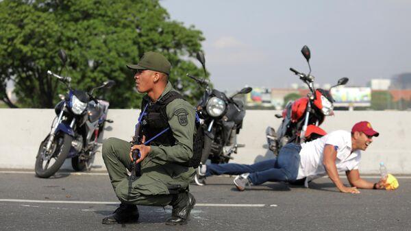 Военный рядом с авиабазой La Carlota в Каракасе. 30 апреля 2019