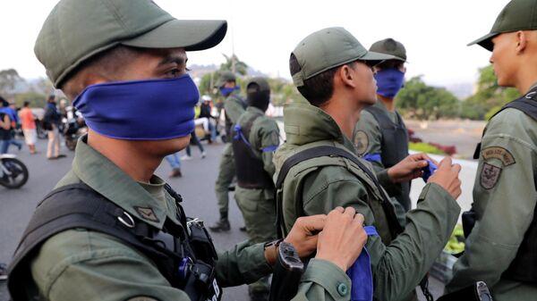 Военнослужащие рядом с авиабазой La Carlota в Каракасе