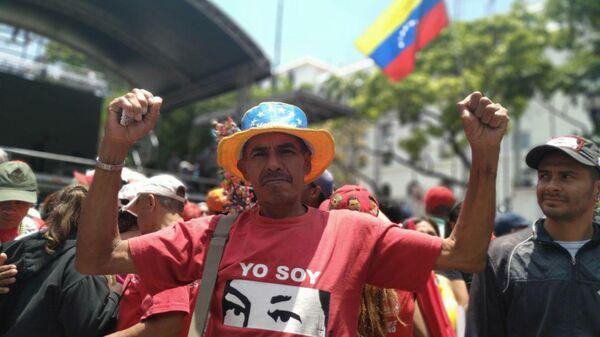 Сторонники Николаса Мадуро во время демонстрации у правительственного дворца Мирафлорес в Каракасе