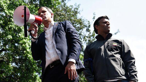 Лидер оппозиции Хуан Гуаидо, провозгласивший себя временным президентом Венесуэлы, и оппозиционер Леопольдо Лопес выступают перед своими сторонниками на площади Альтамира в Каракасе
