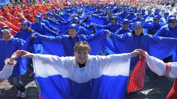 Участники первомайской демонстрации столичных профсоюзов на Красной площади