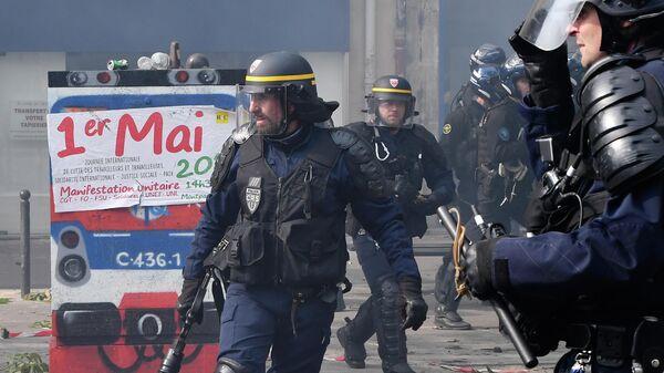Полицейские во время уличных беспорядков в Париже. 1 мая 2019