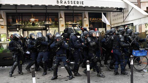 Полицейские во время уличных беспорядков в Париже