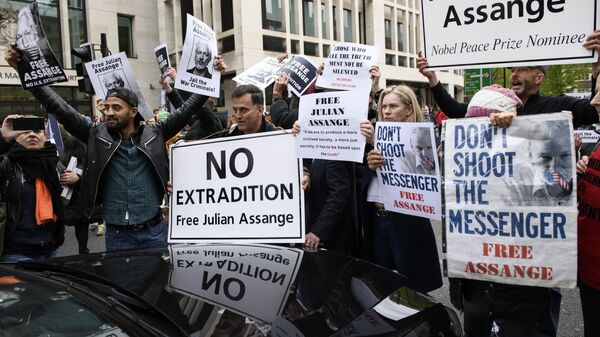 Участники акции в поддержку основателя WikiLeaks Джулиана Ассанжа перекрыли автомобильное движение у здания Вестминстерского мирового суда в Лондоне