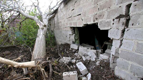 Разрушенная стена дома в результате обстрелов Докучаевска в Донецкой области