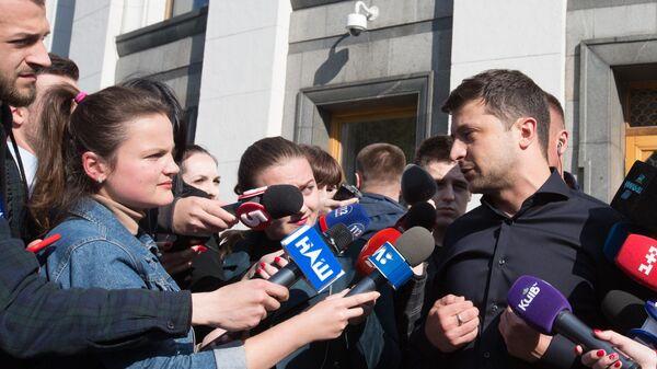 Избранный президент Украины Владимир Зеленский во время брифинга по итогам встречи с лидерами фракций Верховной рады. 4 мая 2019