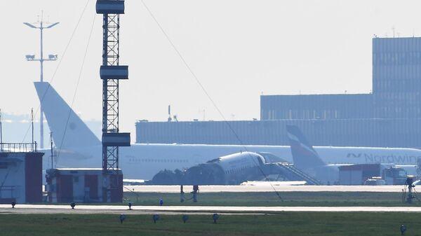 Остов самолета компании Аэрофлот Sukhoi Superjet-100 с бортовым номером RA-89098 на взлетной полосе аэропорта Шереметьево