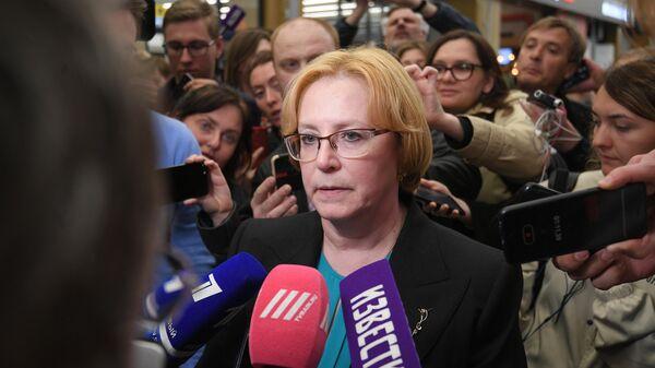 Министр здравоохранения РФ Вероника Скворцова общается с журналистами в аэропорту Шереметьево